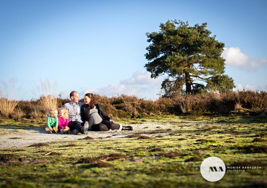Zwangerschaps fotosessie met twee grote zussen