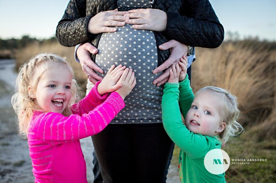 zwangerschapsfotosessie_met_twee_grote_zussen_002